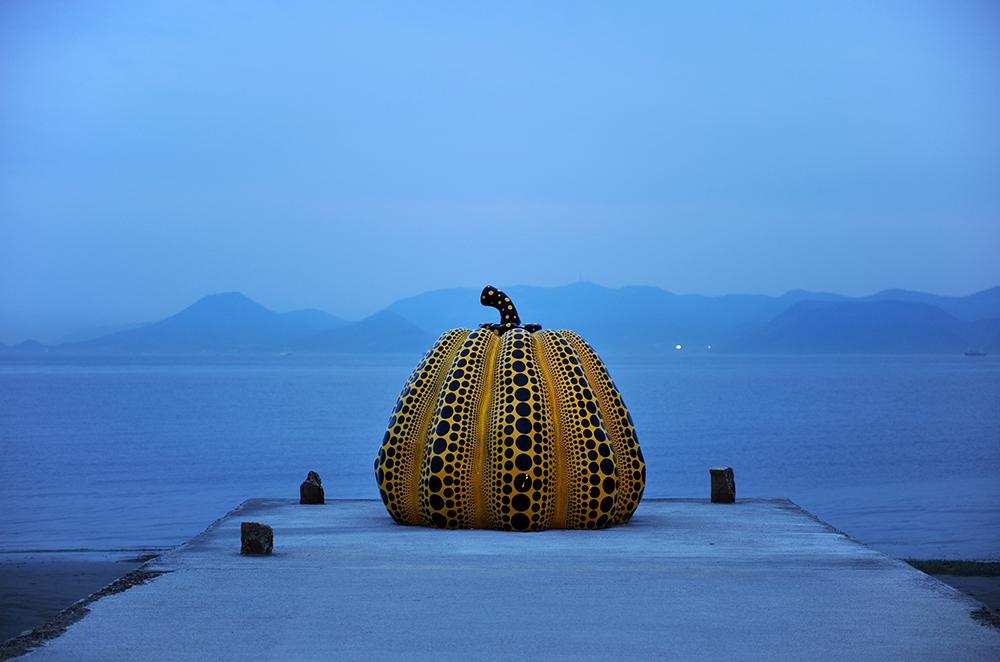 Resultat d'imatges de illa naoshima yayoi kusama